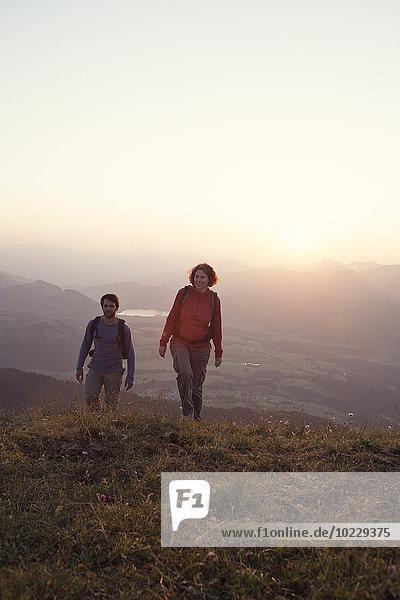 Österreich  Tirol  Paarwandern am Unterberghorn bei Sonnenuntergang