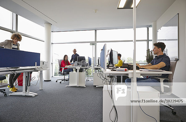 Kollegen im Großraumbüro