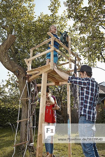 Familienspiel im Garten am Baumhaus