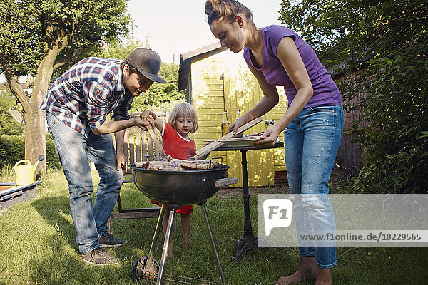 Familie beim Grillen im Garten