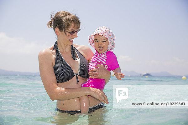 Spanien  Balearen  Mallorca  Mutter und ihre kleine Tochter im Mittelmeer