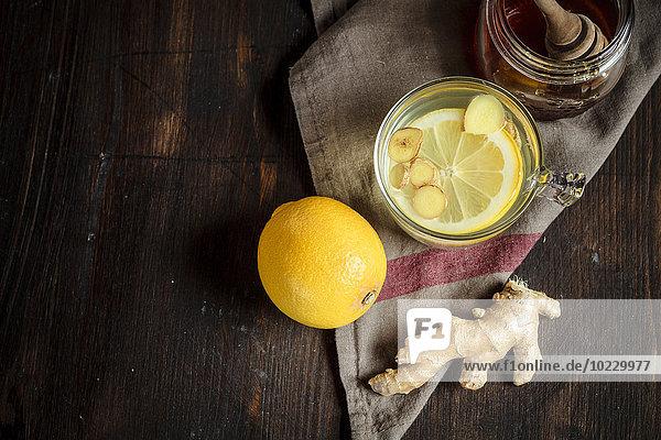 Heißer Zitronen-Ingwer-Aufguss mit Honig