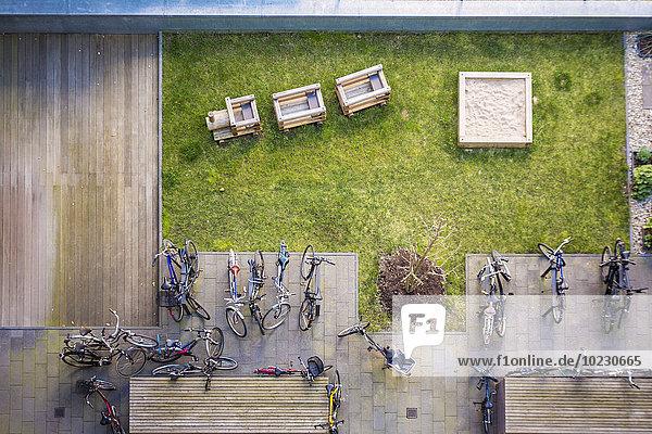 Deutschland  Berlin  Blick auf Hinterhof mit Spielplatz und Fahrrädern Deutschland, Berlin, Blick auf Hinterhof mit Spielplatz und Fahrrädern