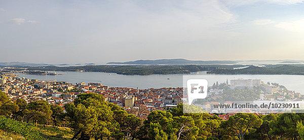 Kroatien  Sibenik  Blick auf die Stadt an der Küste