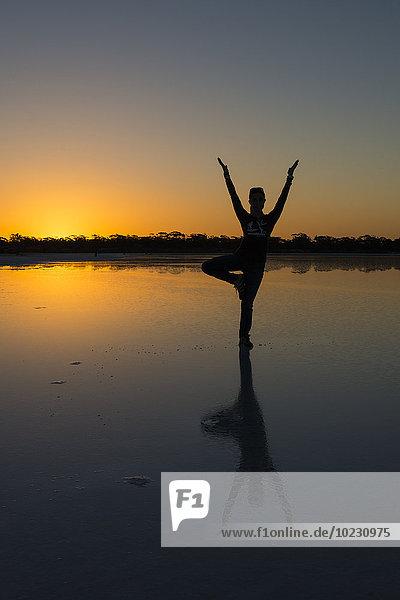 Australien  Südaustralien  Gawler Ranges  Yoga am Salzsee