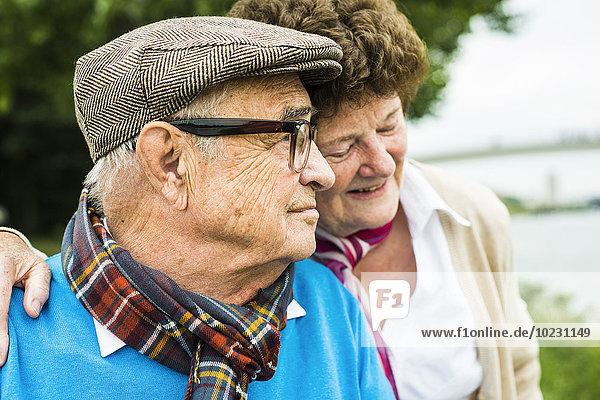 Profil des glücklichen älteren Mannes Kopf an Kopf mit seiner Frau