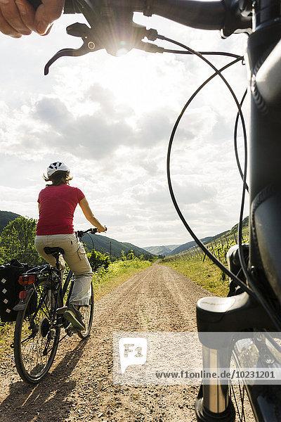 Paar Fahrräder auf dem Land