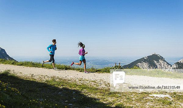 Österreich  Tirol  Tannheimer Tal  junges Paar beim Joggen in den Bergen