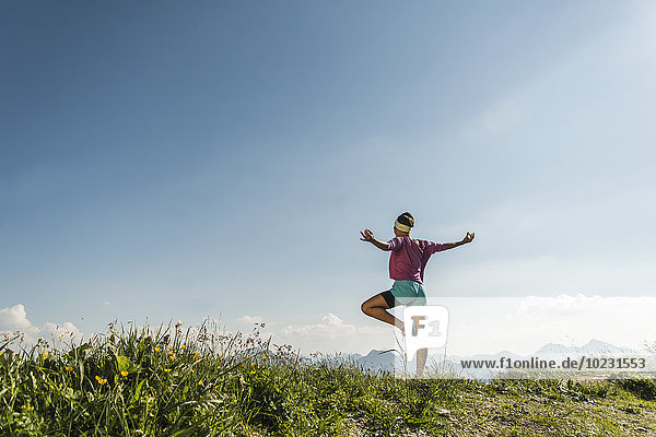 Österreich  Tirol  Tannheimer Tal  junge Frau beim Bergtraining