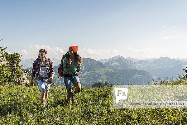 Österreich  Tirol  Tannheimer Tal  junges Paar beim Wandern auf Almen