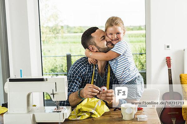 Fröhliche Tochter kuschelt Vater zu Hause