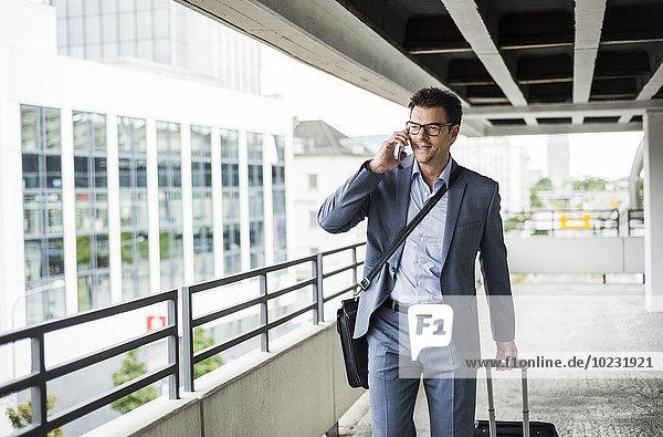 Geschäftsmann auf Geschäftsreise telefonieren mit Smartphone