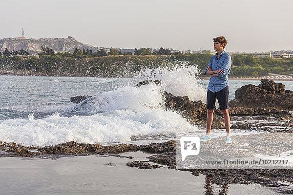 Griechenland  Rhodos  junger Mann an der Strandpromenade mit Blick auf die Ferne