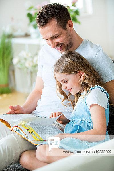 Vater und Tochter lesen Buch