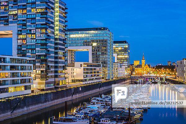 Deutschland  Köln  beleuchteter Rheinauhafen mit Kranhäusern und Yachthafen Deutschland, Köln, beleuchteter Rheinauhafen mit Kranhäusern und Yachthafen