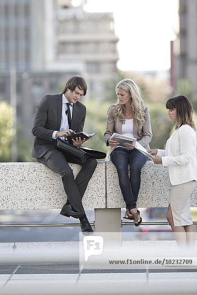 Geschäftsleute mit einem Meeting im Freien