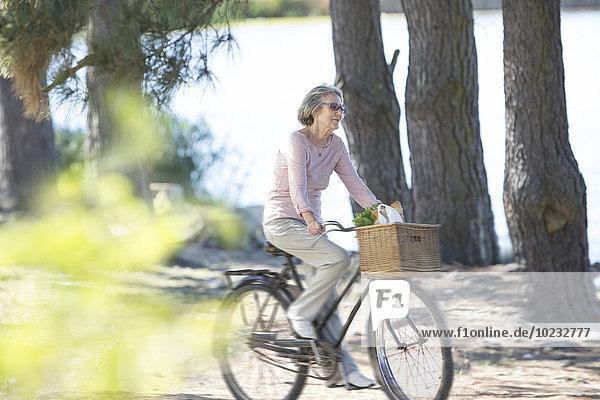 Seniorin auf dem Fahrrad