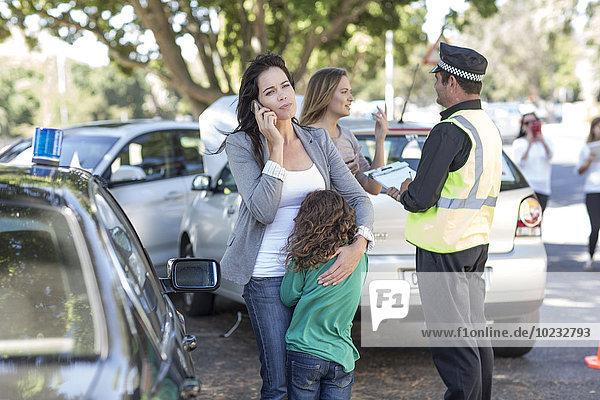 Menschen und Polizisten am Unfallort