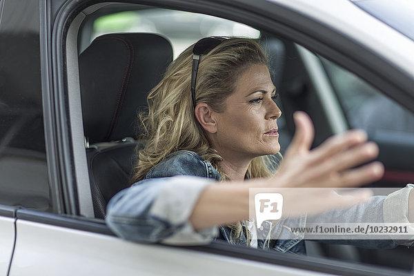Frustrierte Frau im Auto steckt im Stau