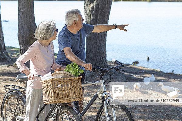 Seniorenpaar auf Fahrrädern