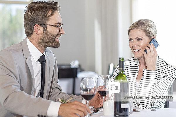 Geschäftsleute im Restaurant  Frau am Telefon