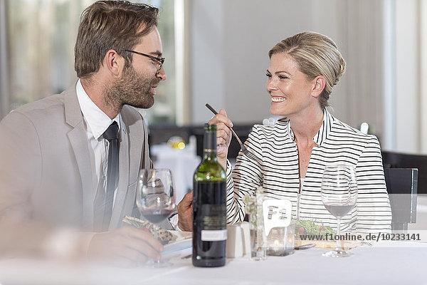 Glückliches Paar mit Verabredung im Restaurant
