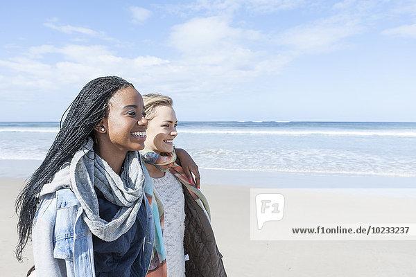 Südafrika  Kapstadt  zwei Freunde beim Spaziergang am Strand