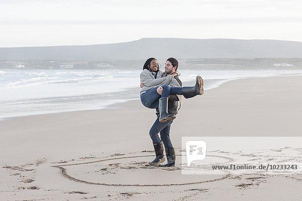 Südafrika  Kapstadt  junges Paar am Strand