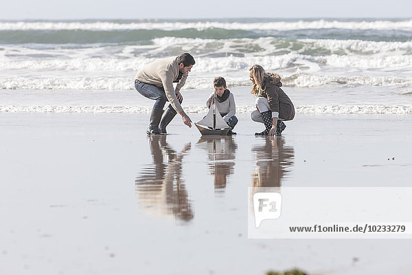 Südafrika  Witsand  Familienspiel am Strand