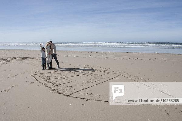 Südafrika  Witsand  Familie spielt tic tac toe am Strand