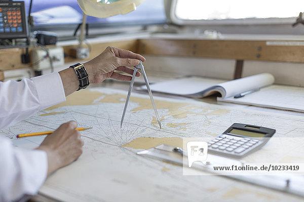 Deckoffizier bei der Arbeit an einer Seekarte
