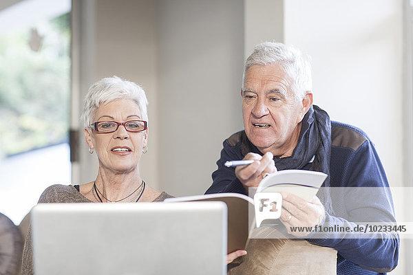 Senior Paar mit Laptop zusammen
