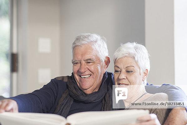 Seniorenpaar beim gemeinsamen Betrachten des Fotoalbums