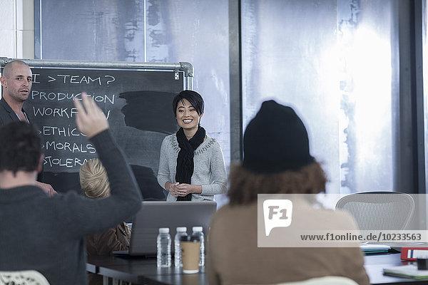 Geschäftskollegen bei einem zwanglosen Treffen