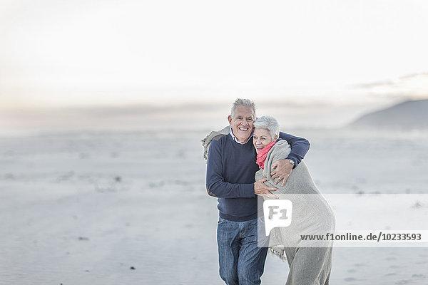 Südafrika  Kapstadt  Seniorenpaar am Strand