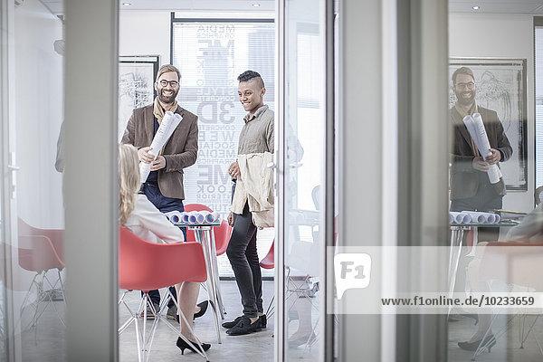 Kreative Geschäftskollegen bei einem Büromeeting