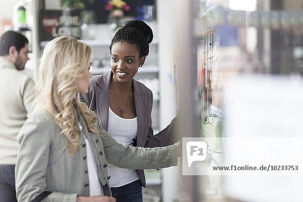 Freunde beim Einkaufen in der Apotheke