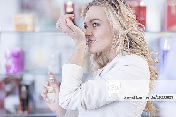 Frau in der Apotheke riecht neuen Duft