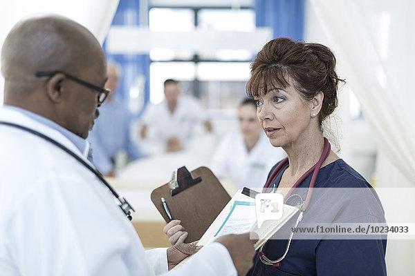 Zwei Ärzte im Krankenhaus im Gespräch