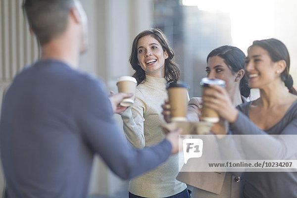 Kollegen bei einem Kaffee in der Stadt