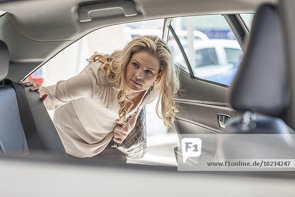 Frau untersucht neues Auto