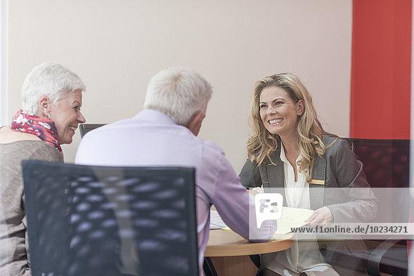 Berater im Gespräch mit dem Senior-Paar