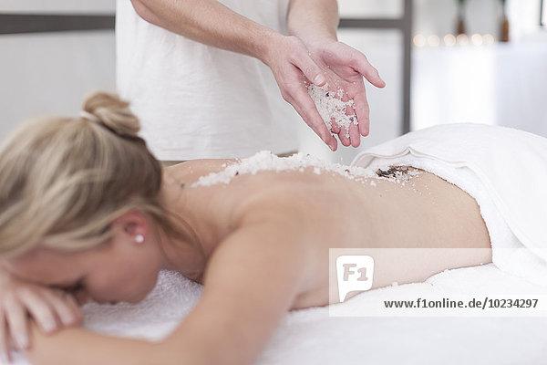 Frau bekommt Massage in einem Spa