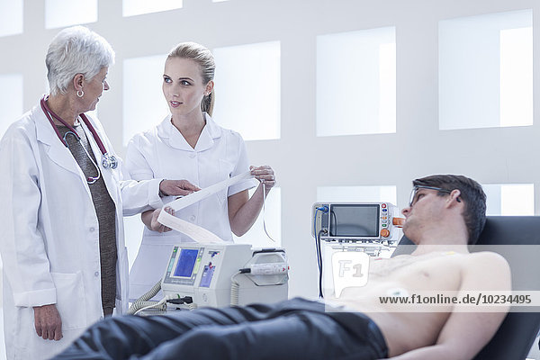 Junger Mann im Krankenhaus mit Herzfrequenzüberwachung