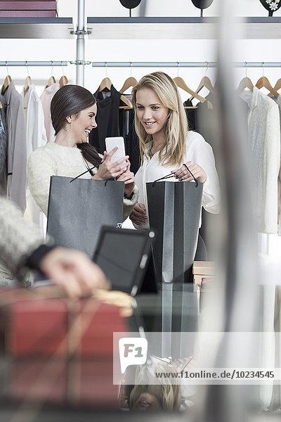 Zwei Frauen beim Kleiderkauf