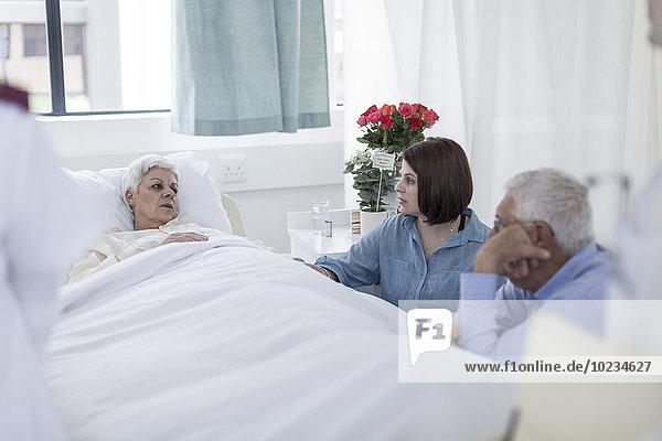 Familienbesuch eines älteren Patienten im Krankenhaus