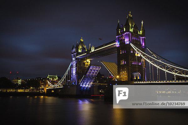 UK  London  Blick auf die beleuchtete Tower Bridge bei Nacht