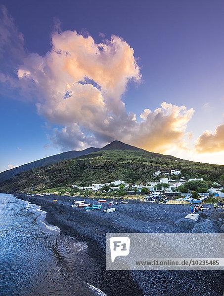 Italien  Sizilien  Äolische Inseln  Isola Stromboli  Vulkan und Strand am Abend