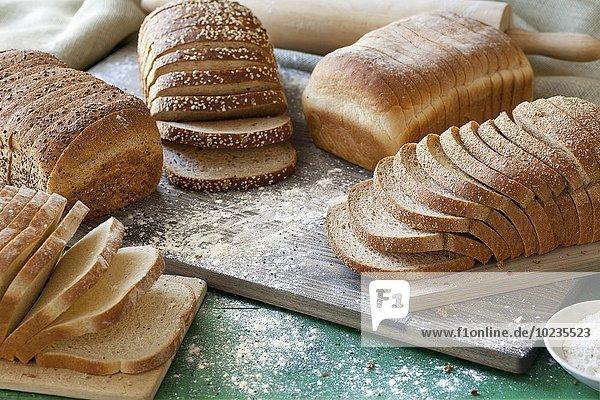 Verschiedene Brotsorten  in Scheiben geschnitten