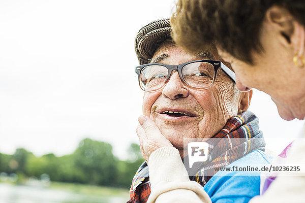 Porträt eines glücklichen älteren Mannes von Angesicht zu Angesicht mit seiner Frau